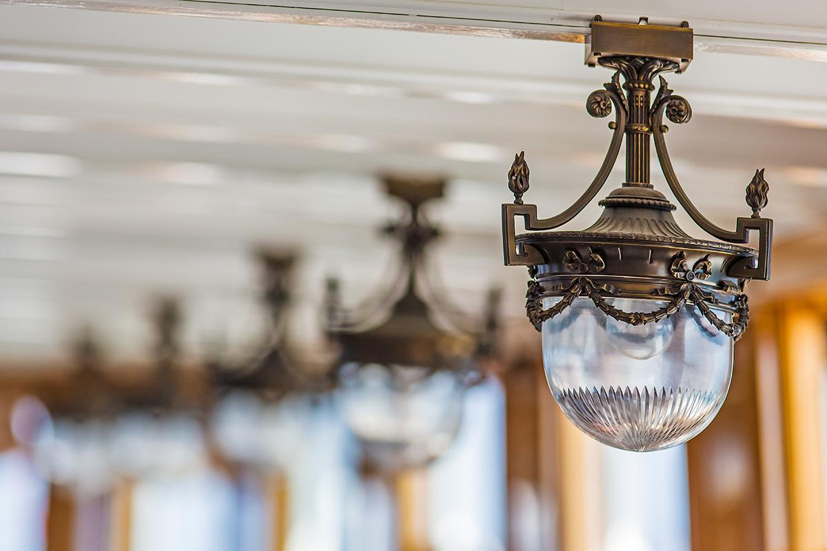Lampes dans le salon du S/S La Suisse en course 200